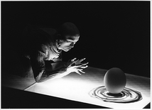卵を立てることから―卵熱(山海塾)