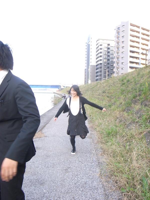 多摩川で遊ぶ岩井花子