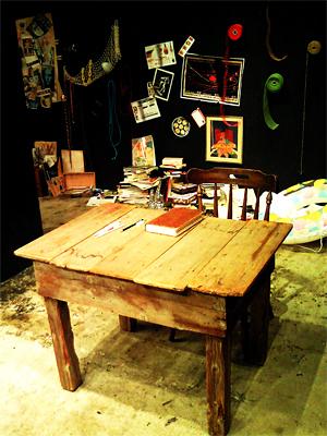 偉大な芸術家の机