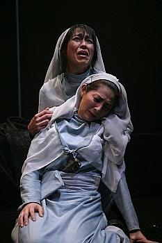 礼拝堂のエリナとシイラ