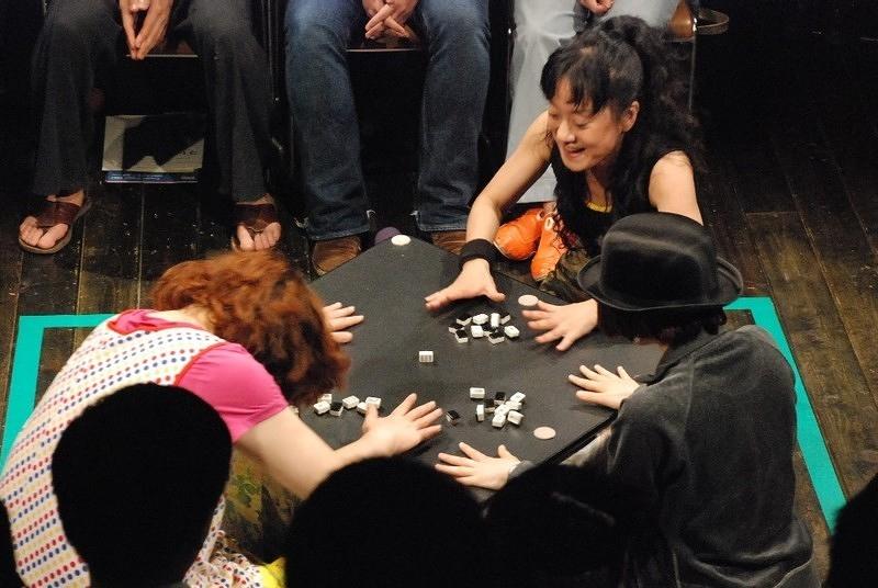 「マージャン一発勝負」中のベケット(左)、シュザンヌ(中)とお向かいのゴドーさん(右 お客様)