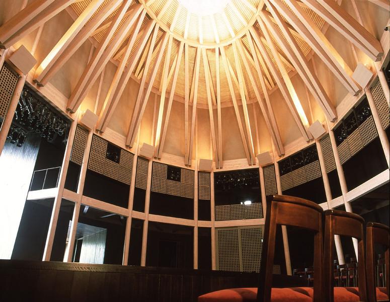 屋内ホール「楕円堂」