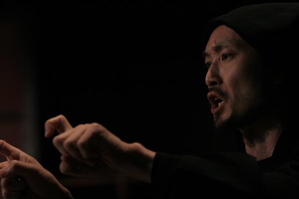 「黒子の譲志」役、尾形雅宏