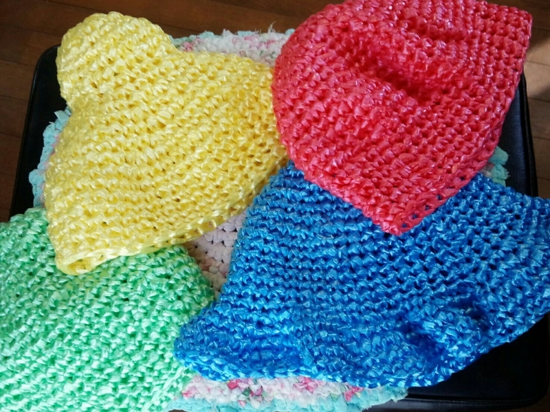 ビニールテープで編んだ帽子たち