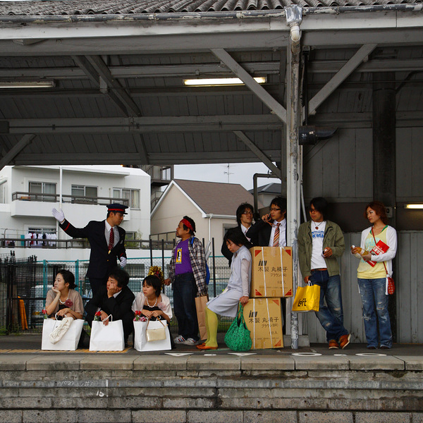 『クレームにスマイル』駅の写真