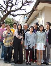 お家の前で、家族の集合写真