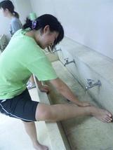 足を洗うちーちゃん