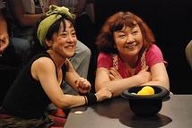 テレビの人(お客様)の話を聞いているジュンコ(左)とマチコ(右)