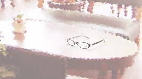 机の上のメガネ